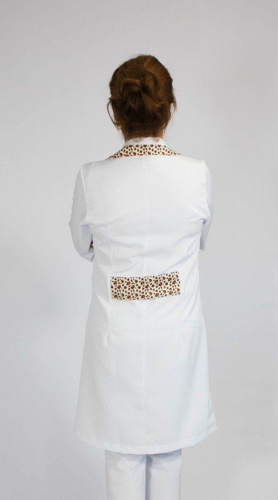 Jaleco com gola tradicional e detalhes coloridos de onça - Modelo Rubi