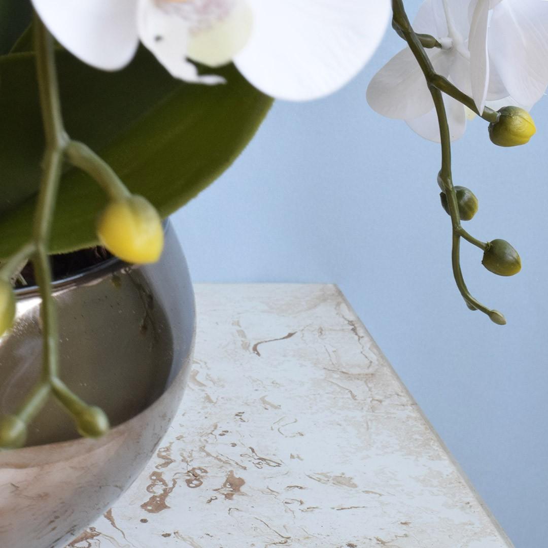 Arranjo Artificial com Seis Hastes de Orquídeas Branca no Vaso Bronze