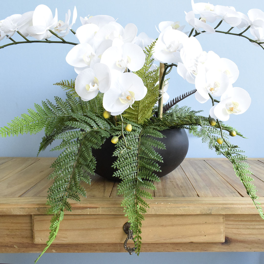 Arranjo Artificial com Seis Orquídeas Brancas e Samambaia no Vaso Preto | Formosinha