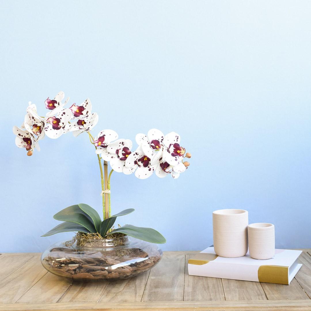 Arranjo com Duas Orquídeas Artificiais Tigre no Vaso de Vidro Transparente