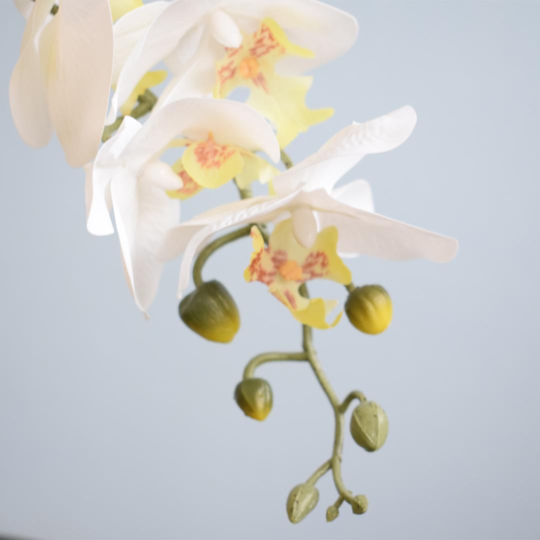 Arranjo Com Duas Orquídeas de Silicone Brancas Artificiais no Vaso de Vidro Bronze