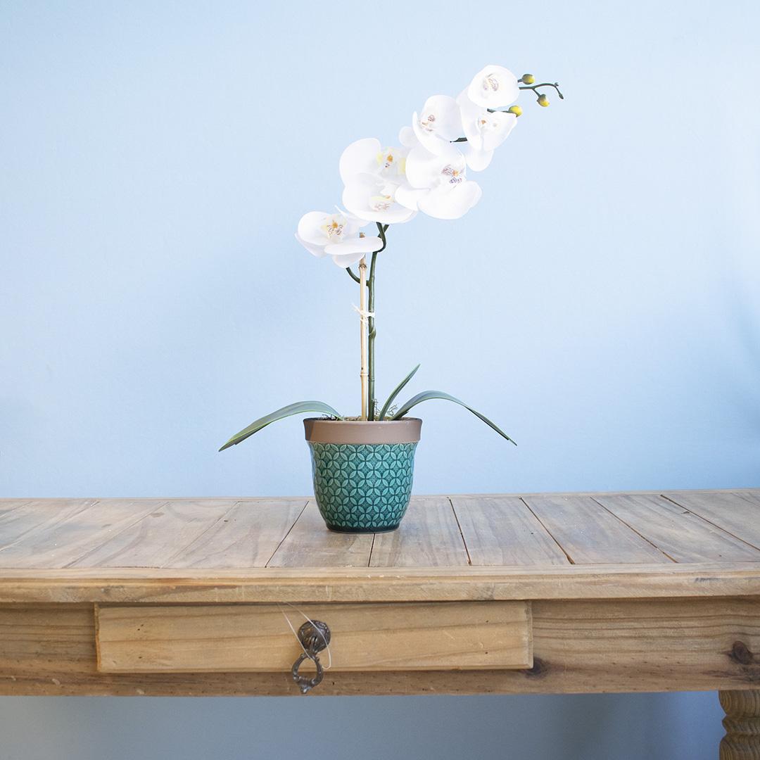 Arranjo de Flor Artificial Orquídea Branca no Vaso de Cerâmica Azul Turquesa | Linha Permanente Formosinha