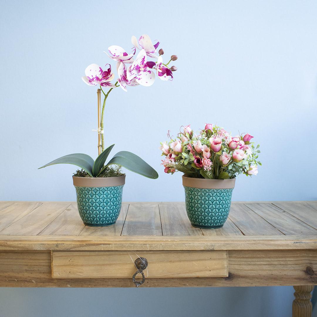 Arranjo de Flor Artificial Rosas e Folhagens no Vaso Azul Turquesa