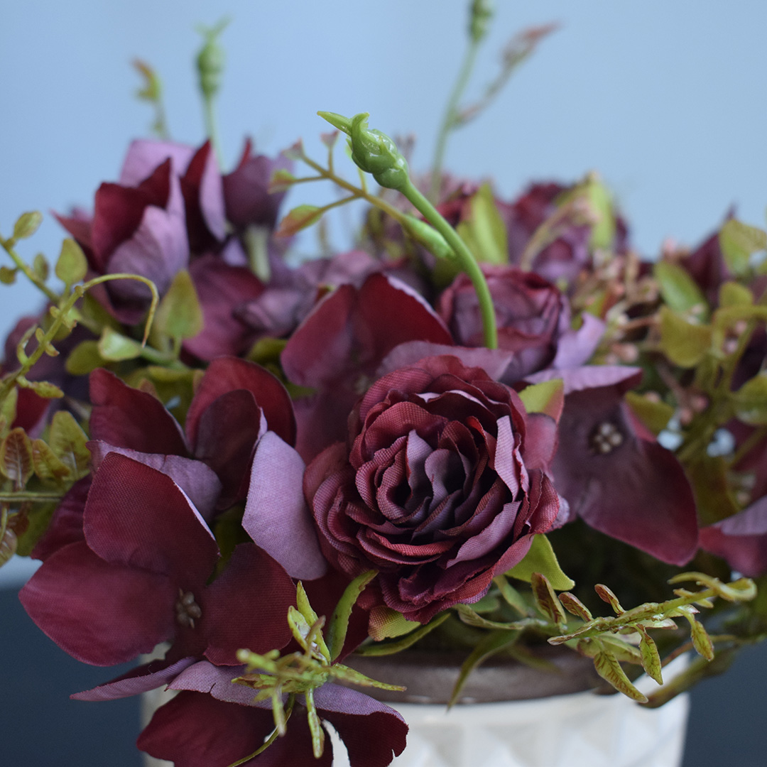 Arranjo de Rosas e Hortênsias Marsala no Vaso de Cerâmica Branco