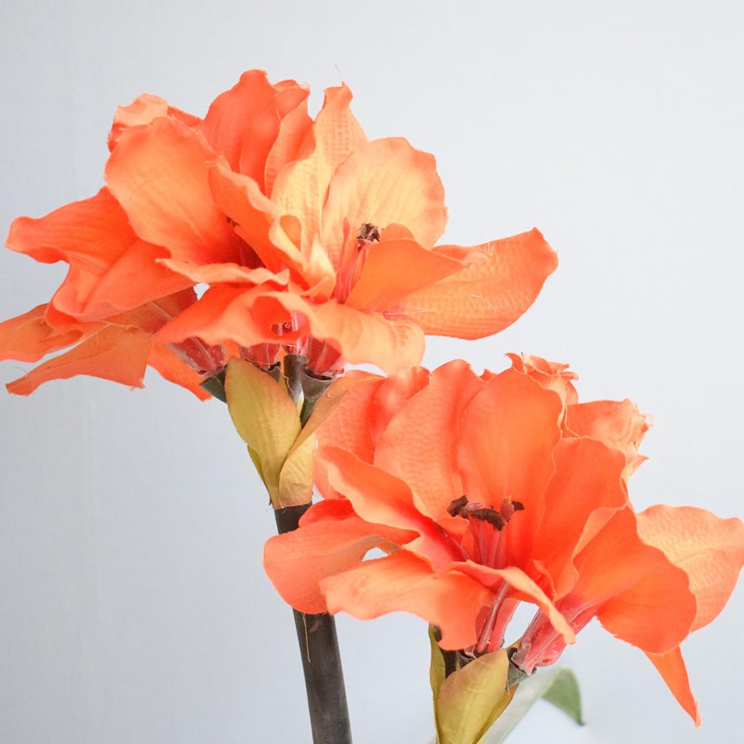 Arranjo de Flores Artificiais Amarílis Laranja no Vaso Prateado | Linha Permanente Formosinha