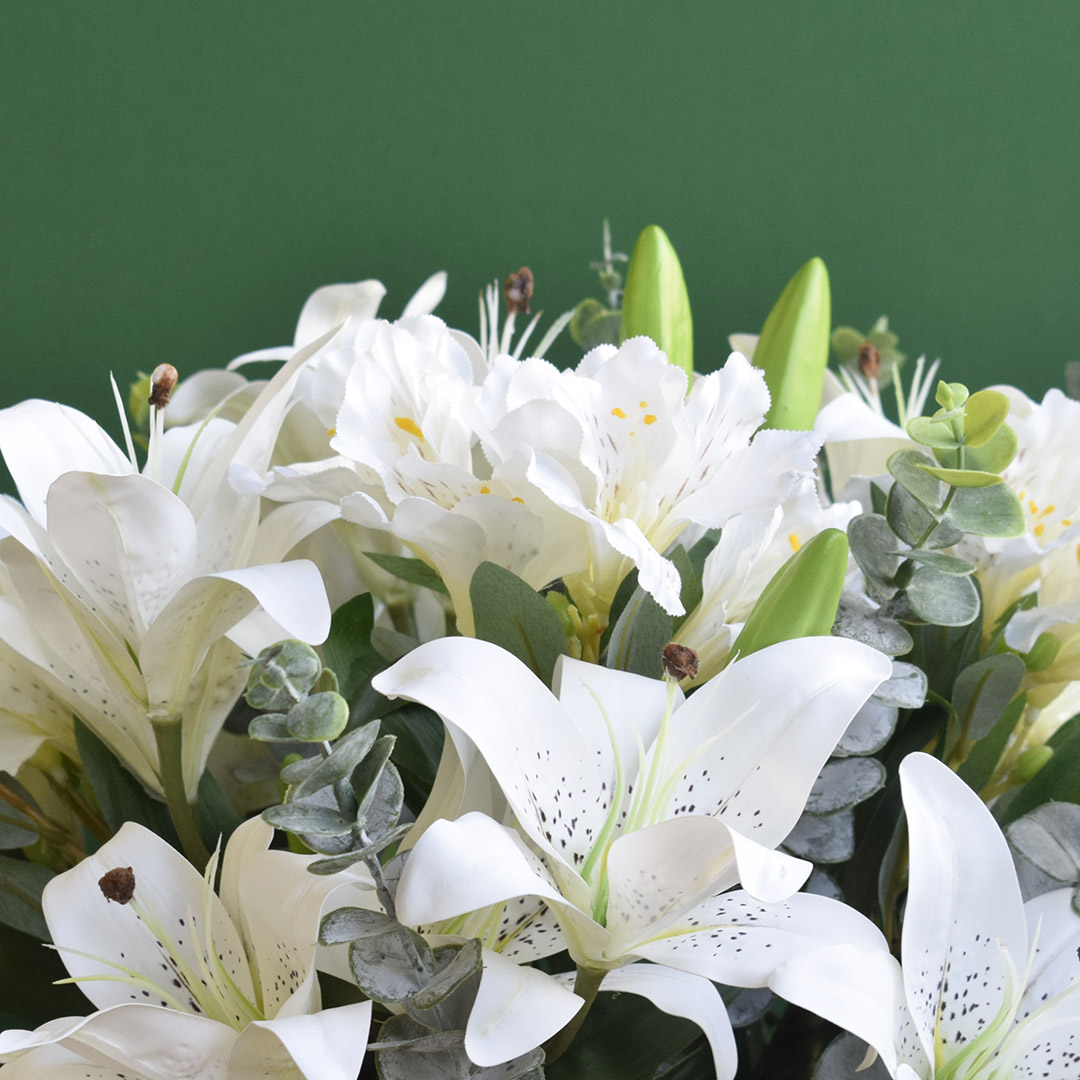 Arranjo de Flores Artificiais de Lírios e Astromélias no Vaso Preto Fosco
