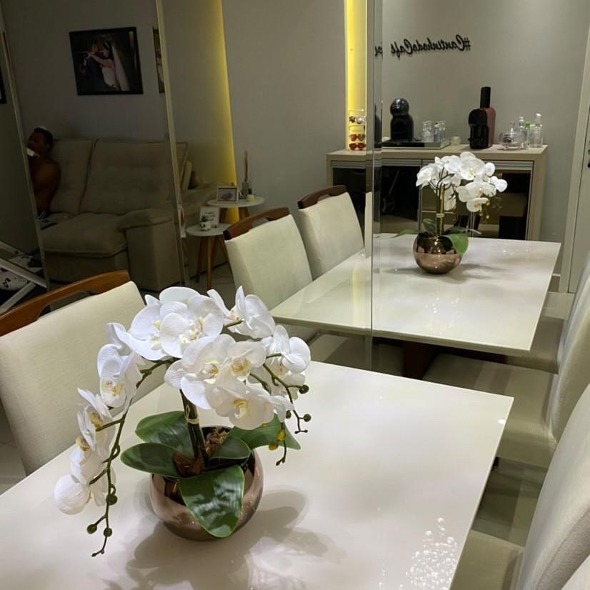 Arranjo de Flores Artificiais De Orquídeas Silicone Brancas no Vaso Vidro Bronze