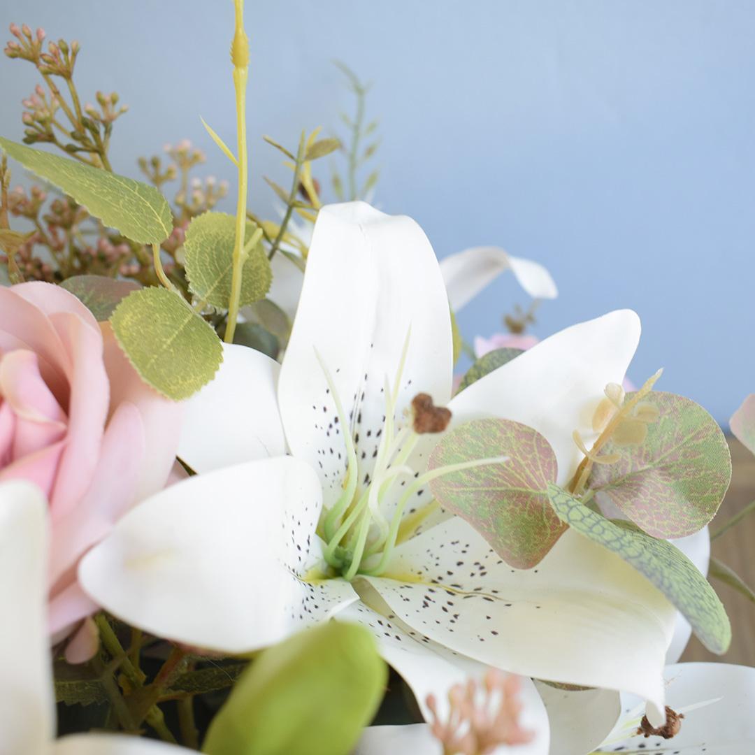 Arranjo de Flores Artificiais de Rosas e Lírios no Vaso de Vidro Preto