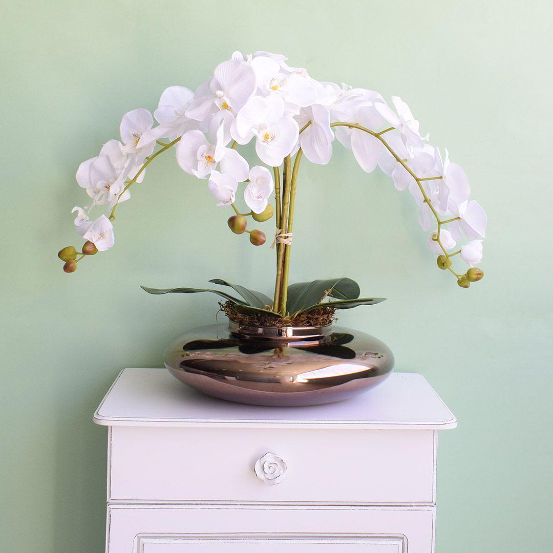 Arranjo de Orquídeas Brancas Artificiais no Vaso de Vidro Bronze