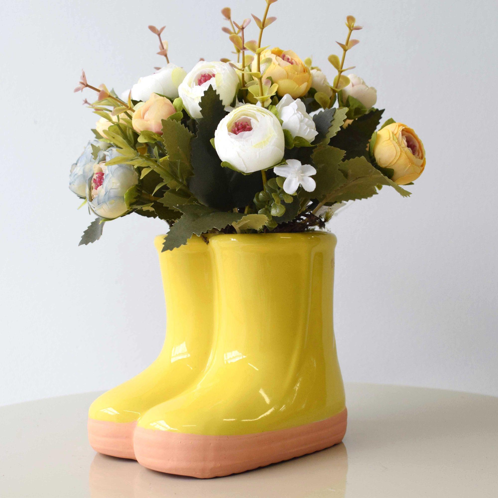 Arranjo de Flores Coloridas no Vaso de Botinha de Cerâmica