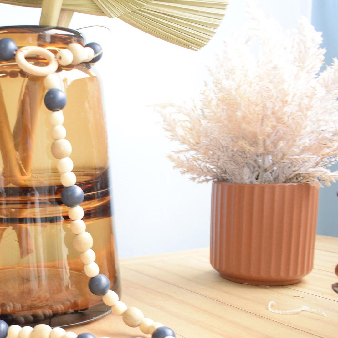 Arranjo de Flores Secas Creme no Vaso Canelado Terracota | Linha Permanente Formosinha