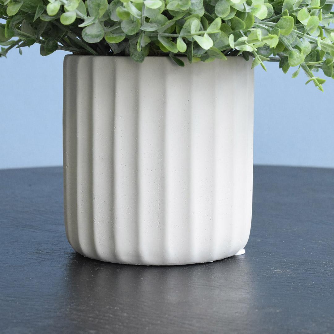 Arranjo de Folhagem Artificial no Vaso Canelado Off-White | Linha Permanente Formosinha