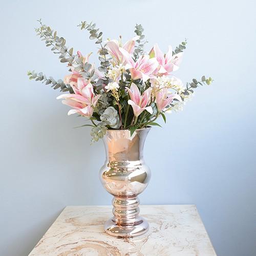Arranjo de Lírio Artificial Rosa no Vaso Rose Gold | Linha Permanente Formosinha