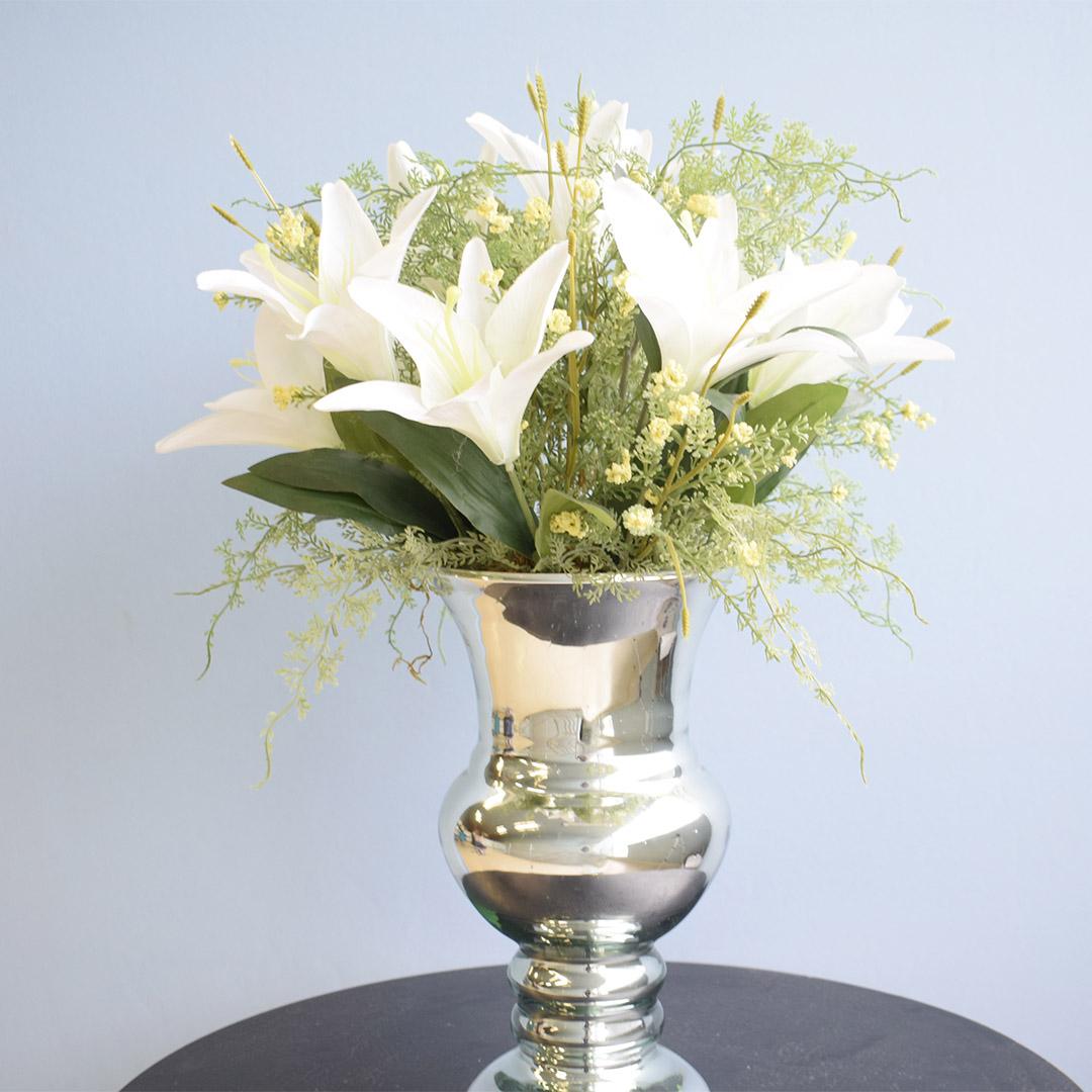 Arranjo de Lírios Branco e Flores do Campo Artificial no Vaso Prateado | Linha Permanente Formosinha