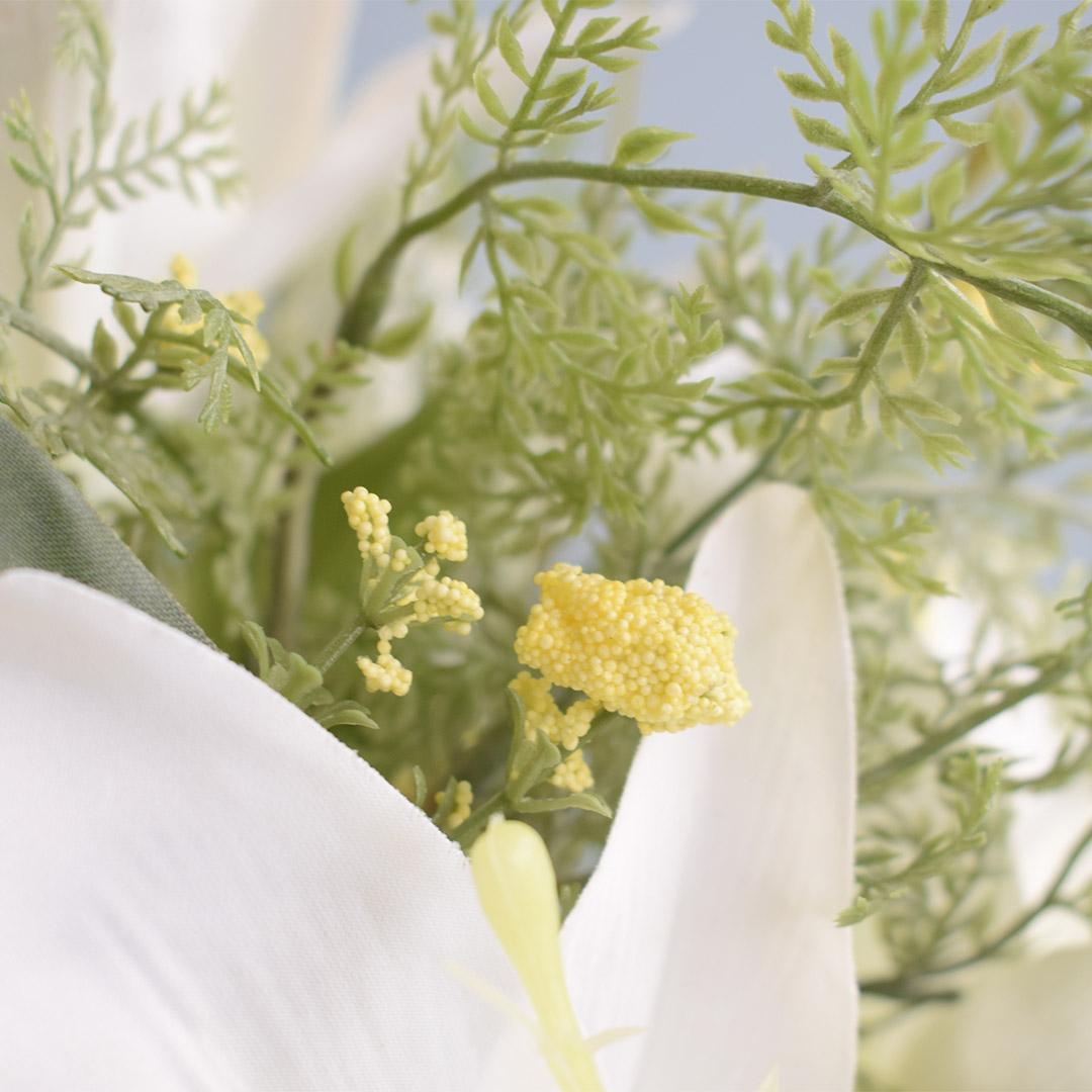 Arranjo de Lírios Branco e Flores do Campo Artificial no Vaso Prateado   Linha Permanente Formosinha