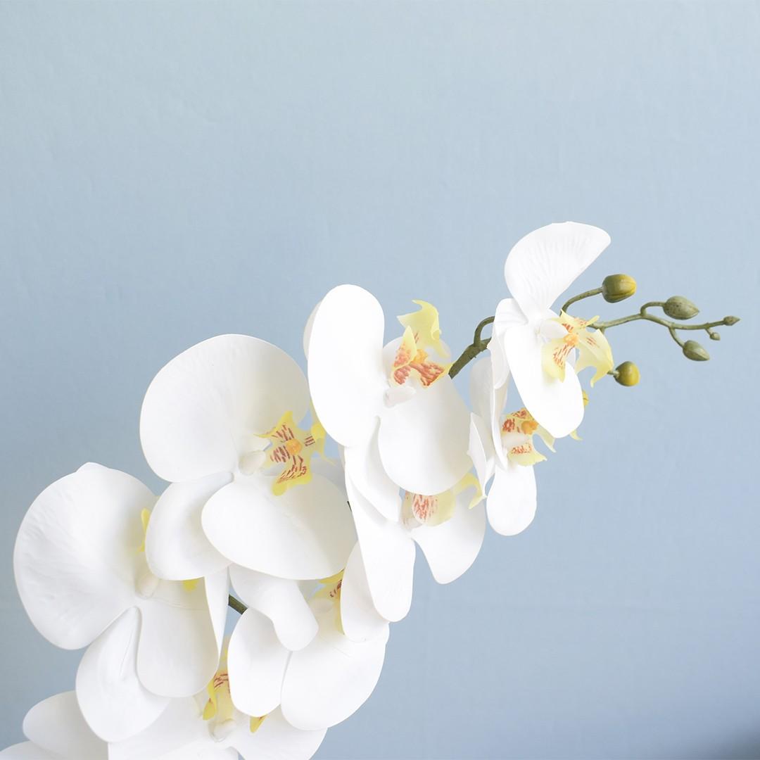 Arranjo de Orquídea Artificial Branca 3D no Vaso de Vidro Bronze Médio