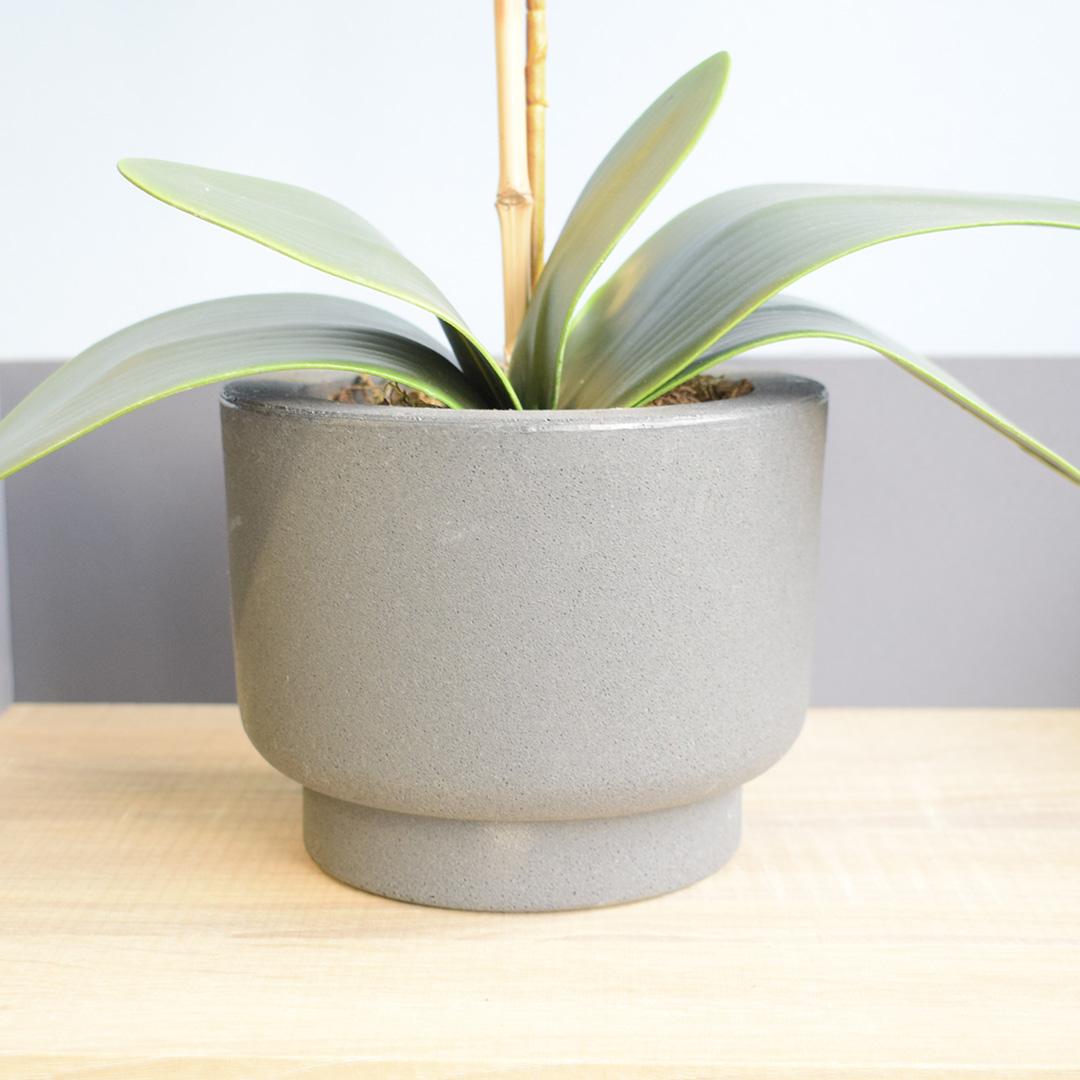 Arranjo de Orquídea Artificial Branca no Vaso Cumbuca Cinza