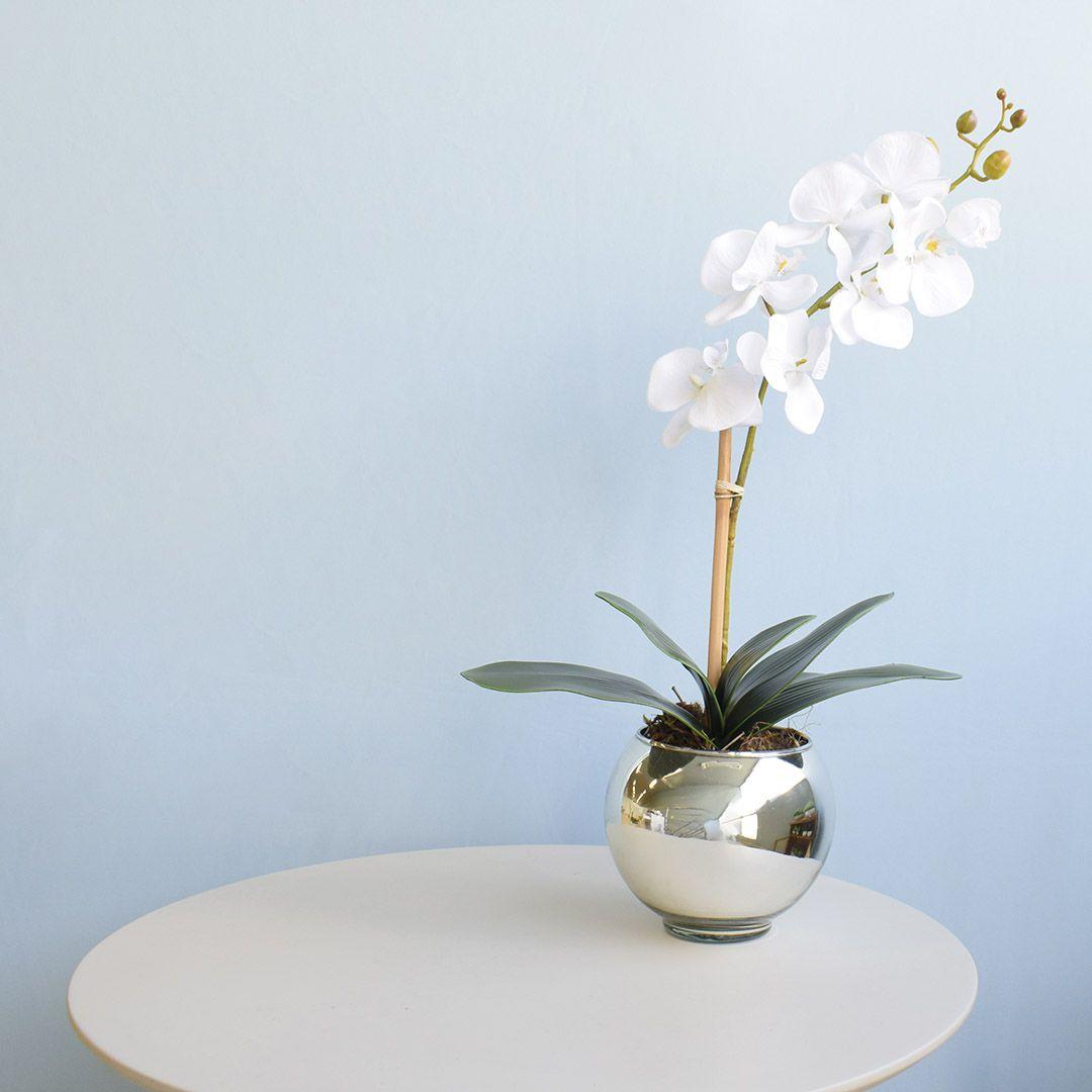 Arranjo de Orquídea Artificial Branca no Vaso Prateado Pequeno | Linha Permanente Formosinha