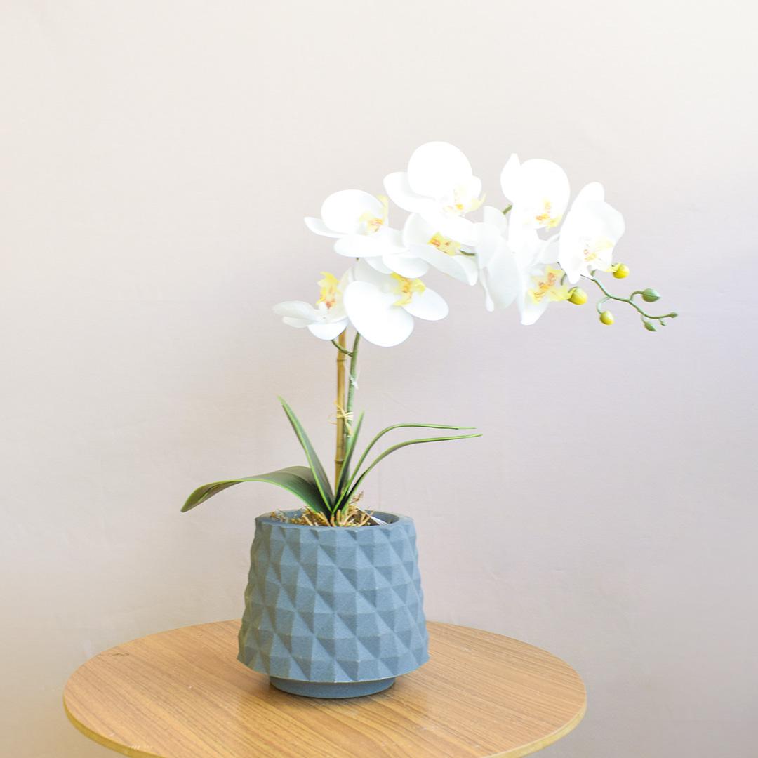 Arranjo de Orquídea Artificial de Silicone Branca no Vaso Recôncavo Cinza
