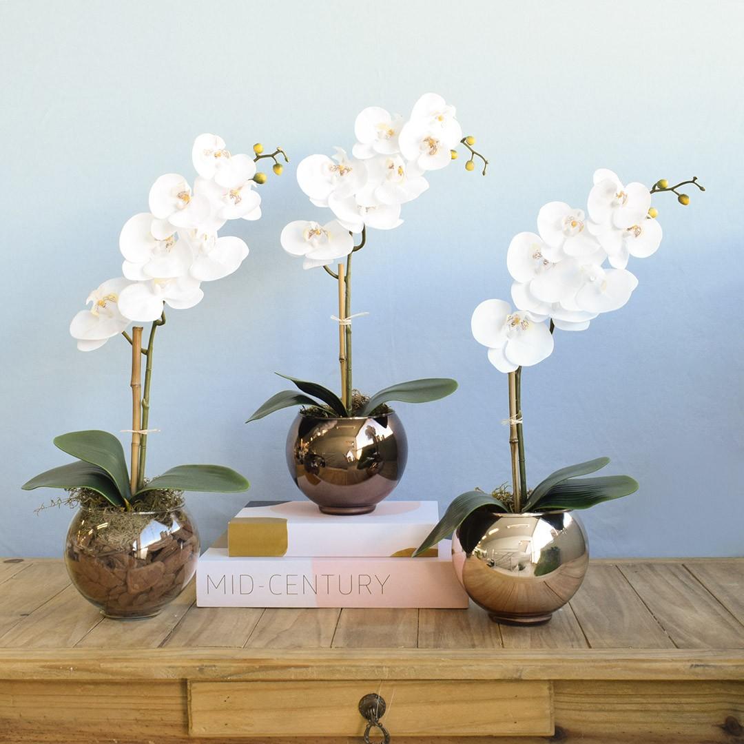 Arranjo de Orquídea de Silicone Branca no Vaso de Vidro Bronze Pequeno