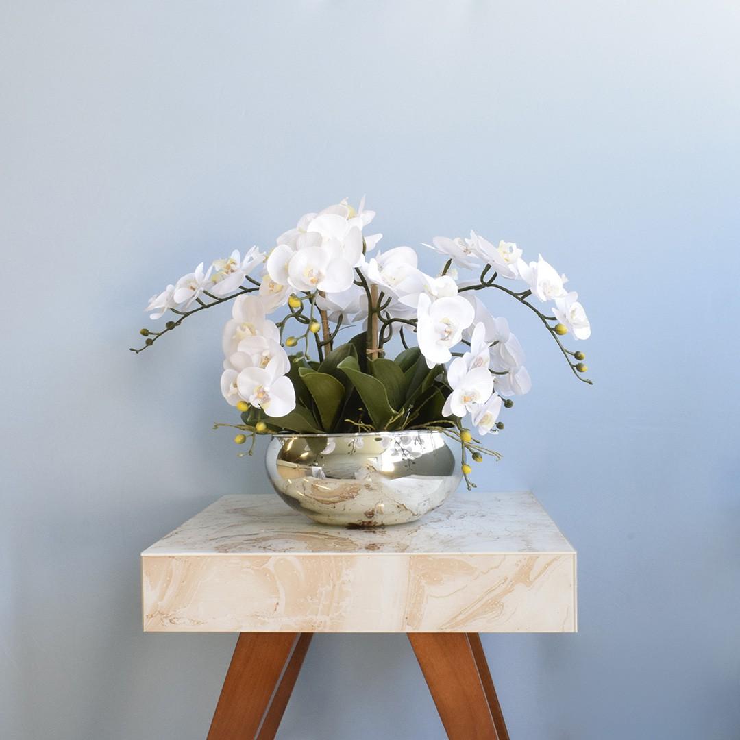 Arranjo Com Seis Orquídeas Artificiais Brancas de Silicone no Vaso Prateado