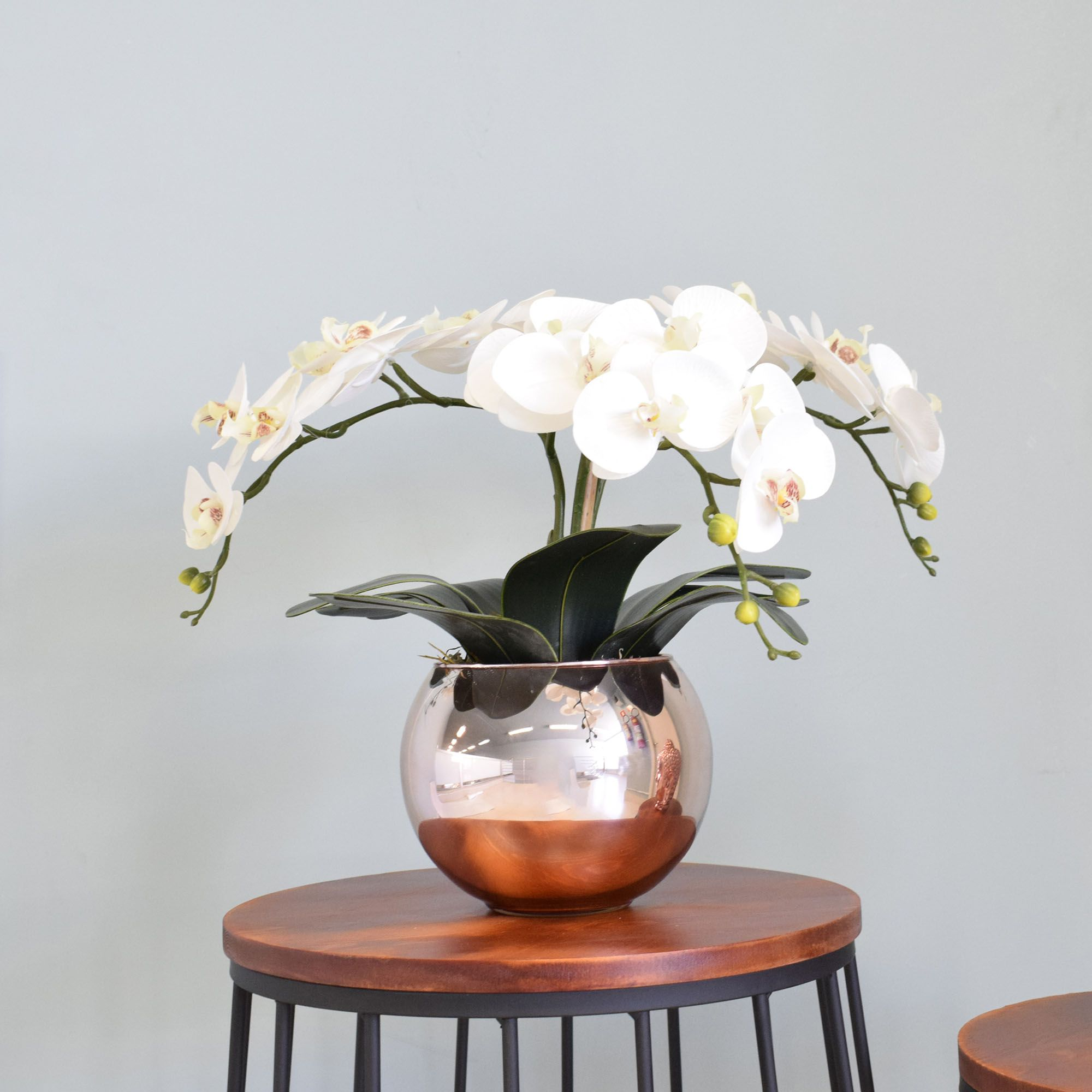 Arranjo de Orquídeas Branco Artificial no Vaso Rose Gold