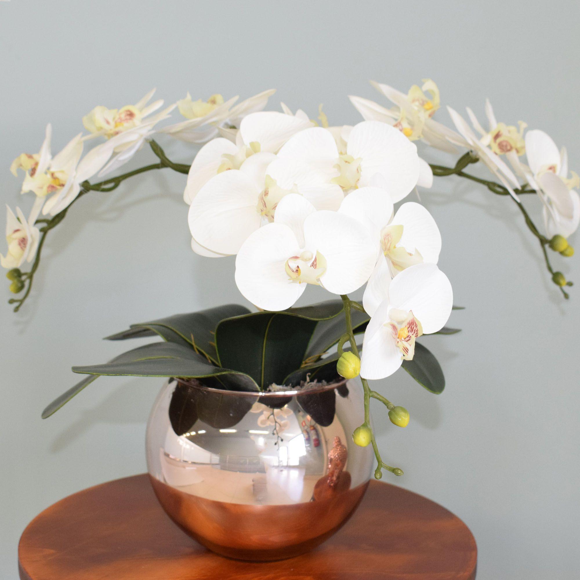Arranjo de Orquídeas Artificiais de Silicone Brancas no Vaso Rose Gold