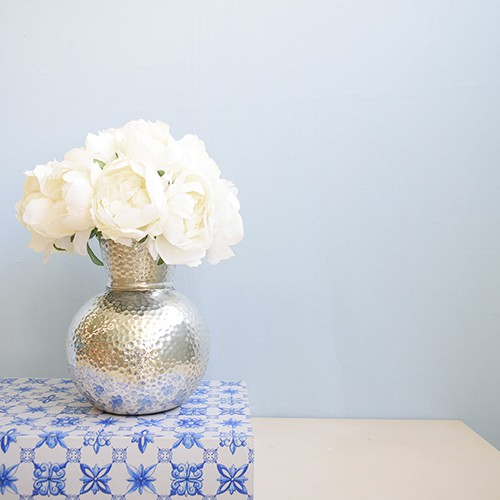 Arranjo de Peônias Artificial Brancas no Vaso Prateado de Cerâmica |Linha permanente Formosinha