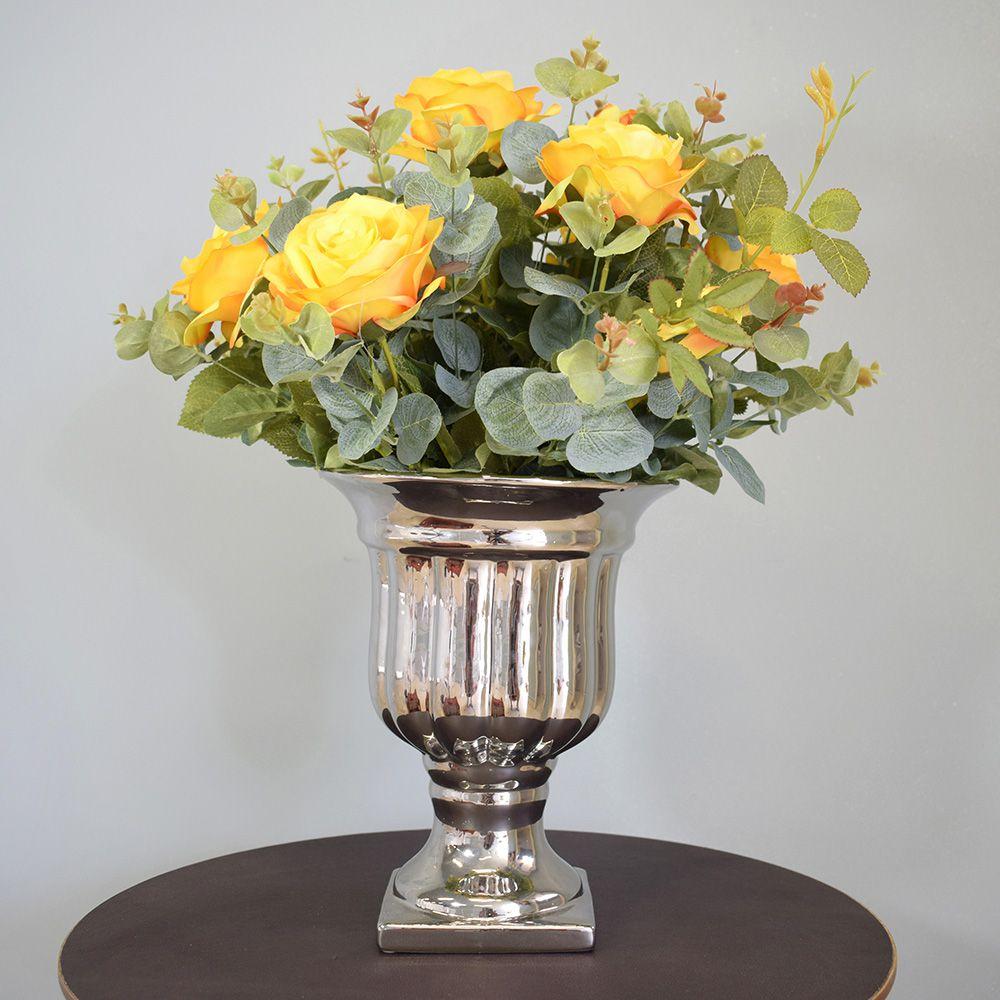 Arranjo de Rosas Amarelas no Vaso Prateado