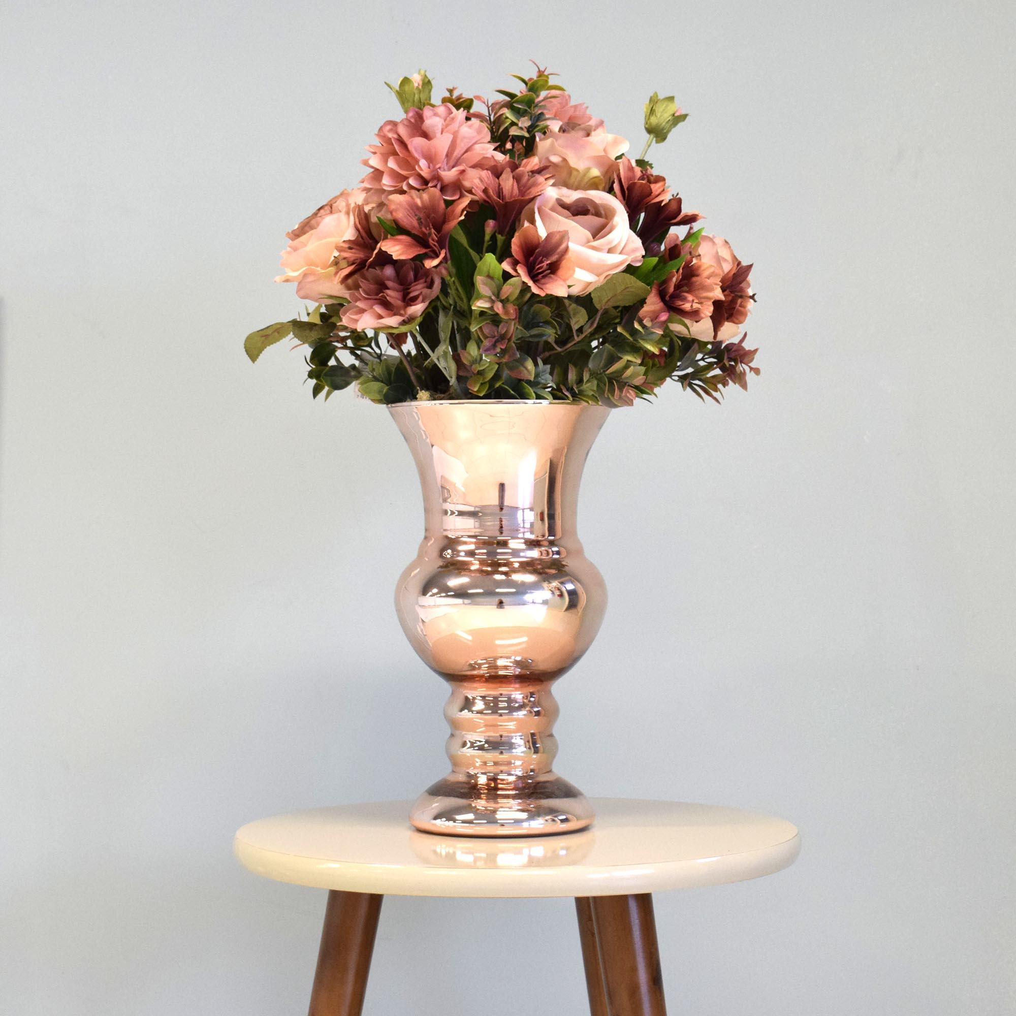 Arranjo de Rosas e Astromélias no Vaso Rose Gold