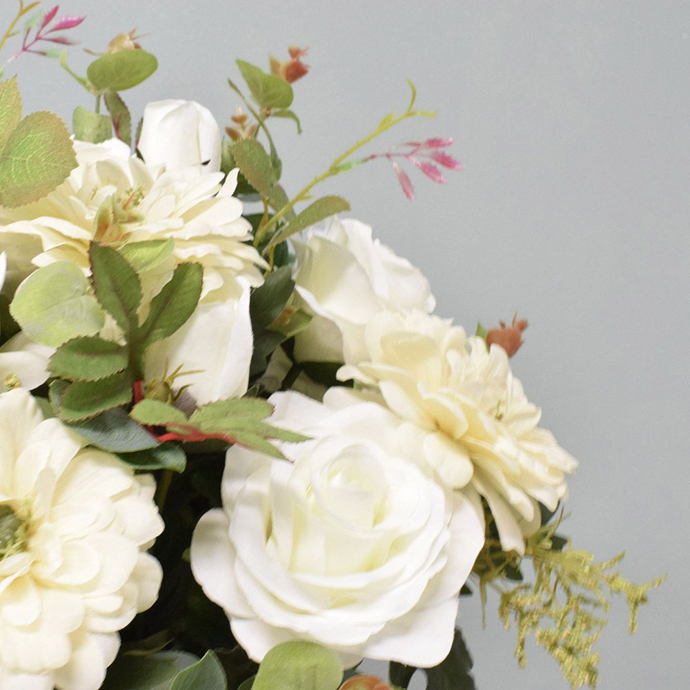 Arranjo de Rosas e Dálias Brancas no Vaso Dourado
