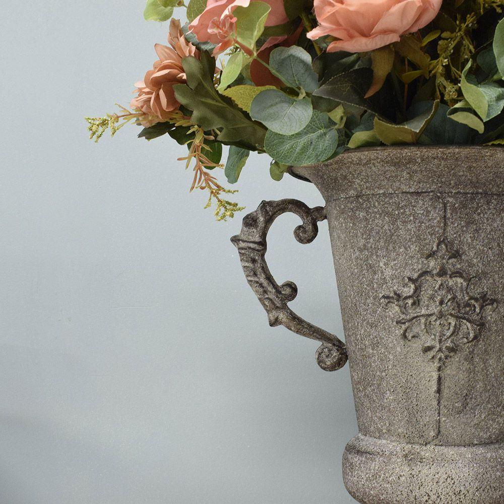 Arranjo de Rosas Outonadas no Vaso de Metal Envelhecido