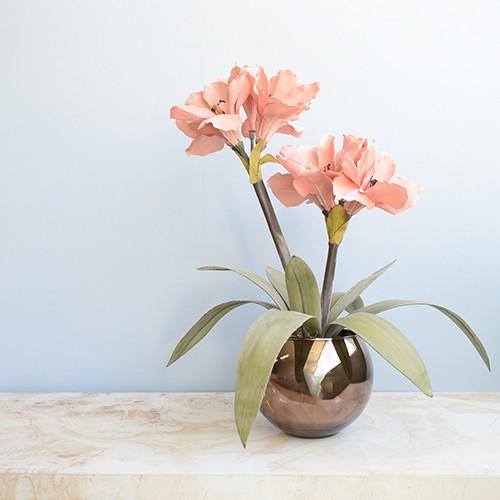 Arranjo Flores Artificiais Amarílis Rosa no Vaso Bronze