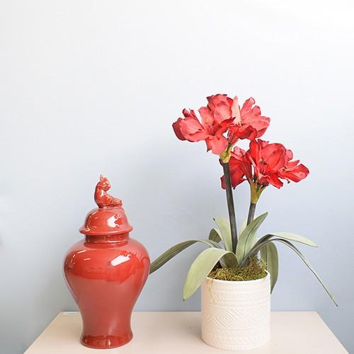 Arranjo Flores Artificiais Amarílis Vermelho no Vaso Cerâmica Branco