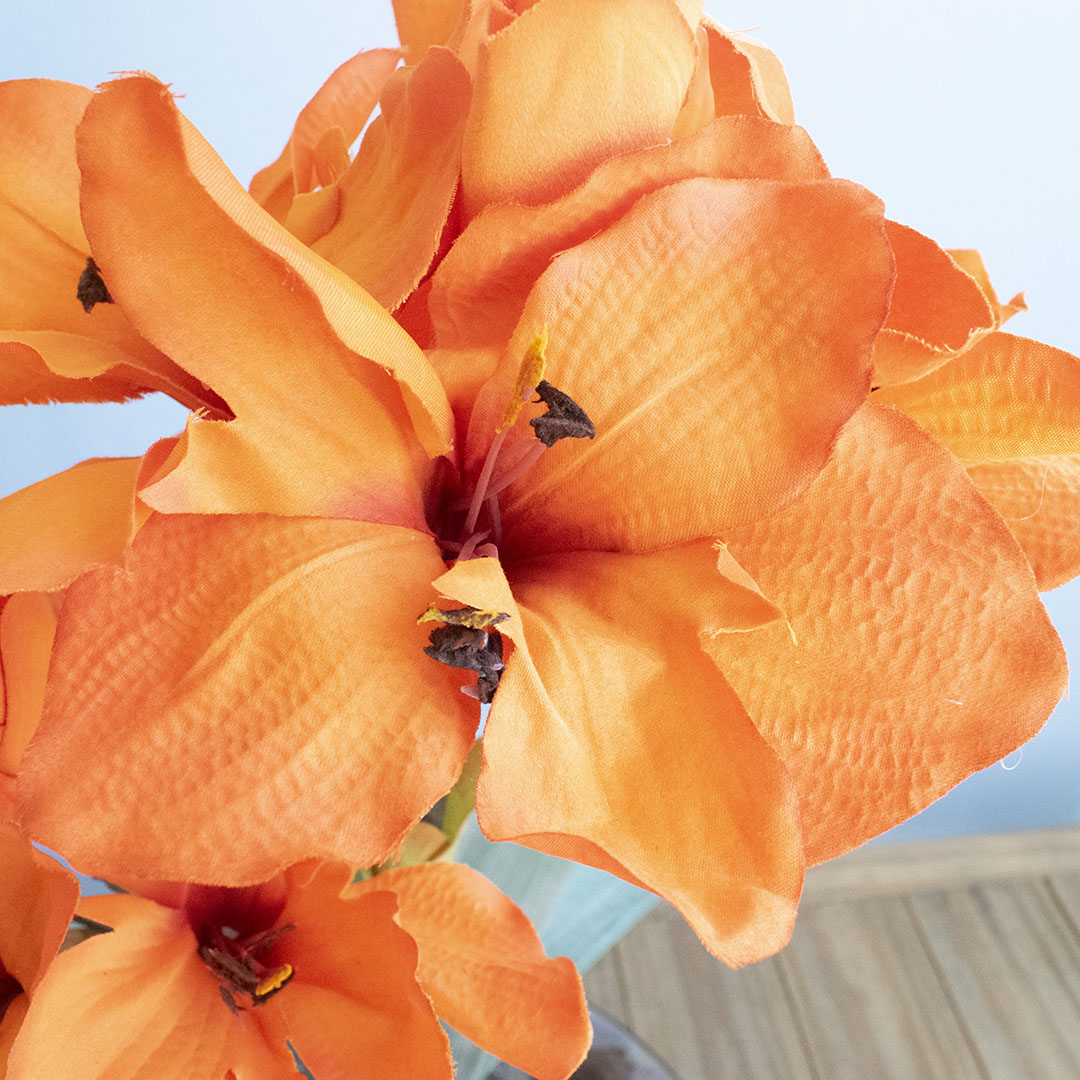 Arranjos de Flores Artificiais Amarílis Laranja no Vaso Transparente | Linha Permanente Formosinha