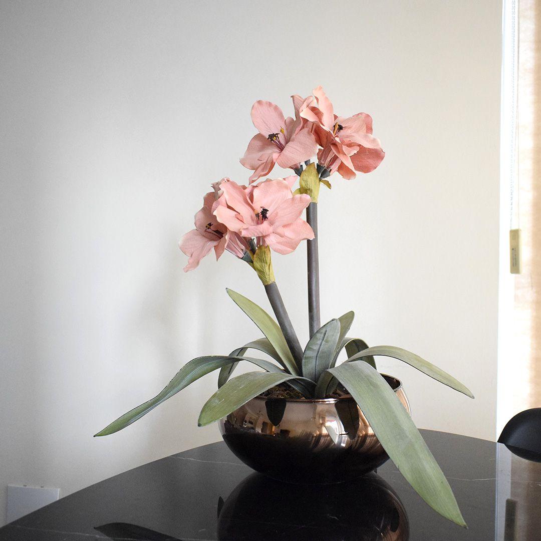 Arranjos de Flores Artificiais Amarílis Rosa no Vaso Vidro Bronze | Linha Permanente Formosinha