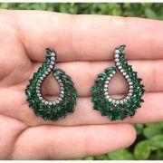 Brinco meia lua com pedra cristal esmeralda colombiana e zircônias brancas