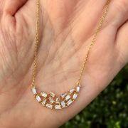 Colar banhado a ouro com pingente em forma de lua com pedras cristais e canutilhos brancos