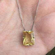 Colar banhado a ródio com pedra em cristal retangular na cor amarela