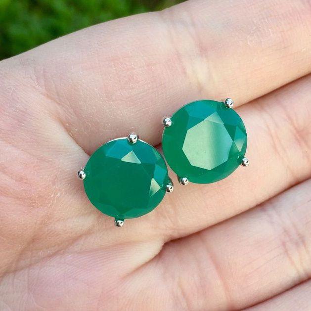 Brinco banhado a ródio com pedra cristal verde esmeralda