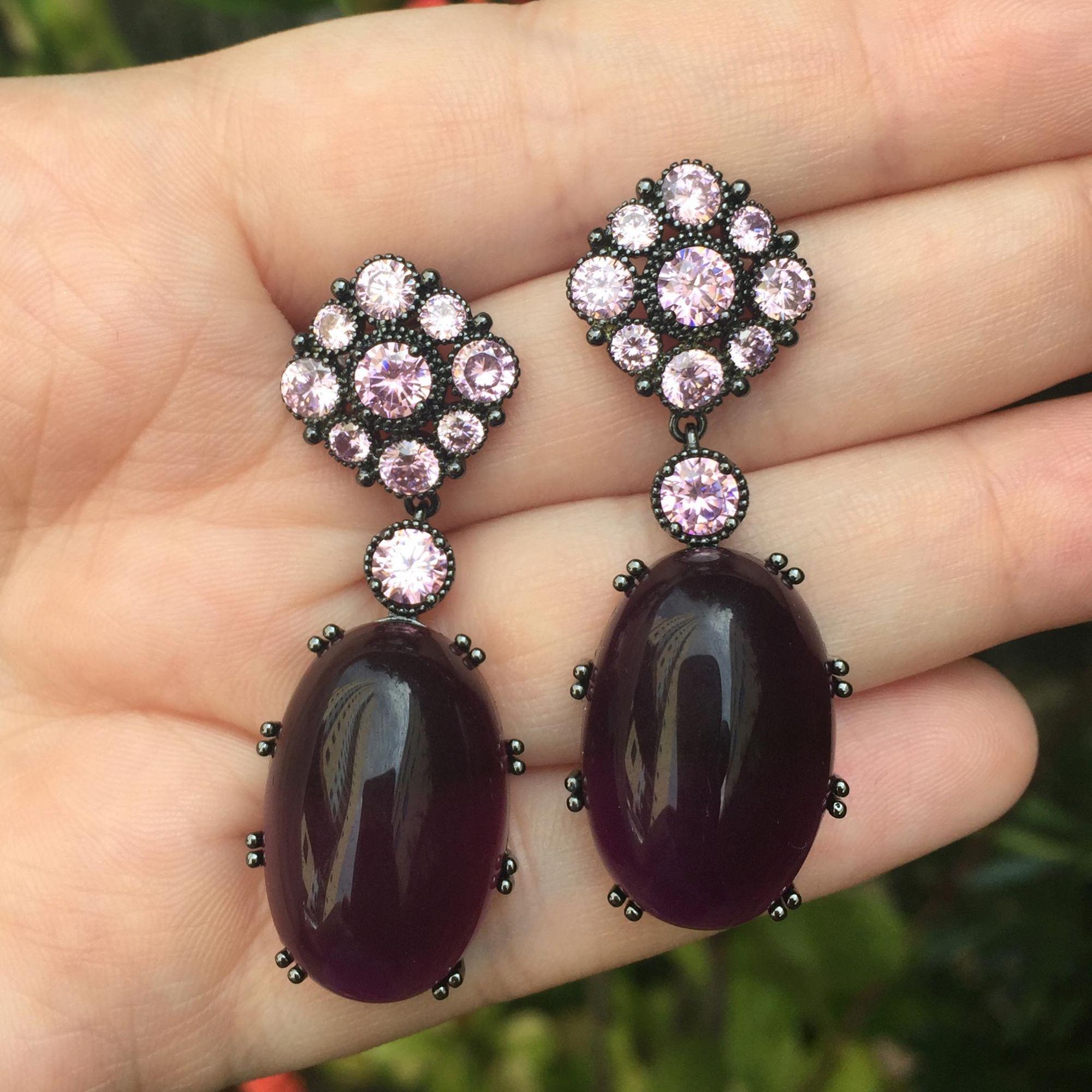 Brinco banhado a ródio negro com cristais rosa e roxo