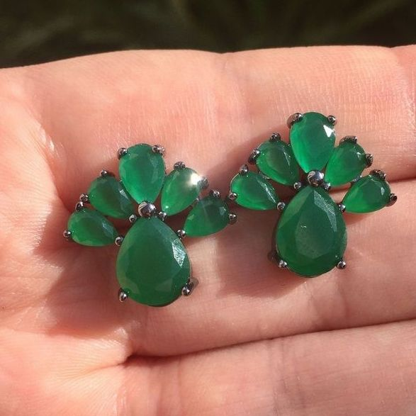 Brinco banhado a ródio negro cravejado em pedra cristal verde esmeralda