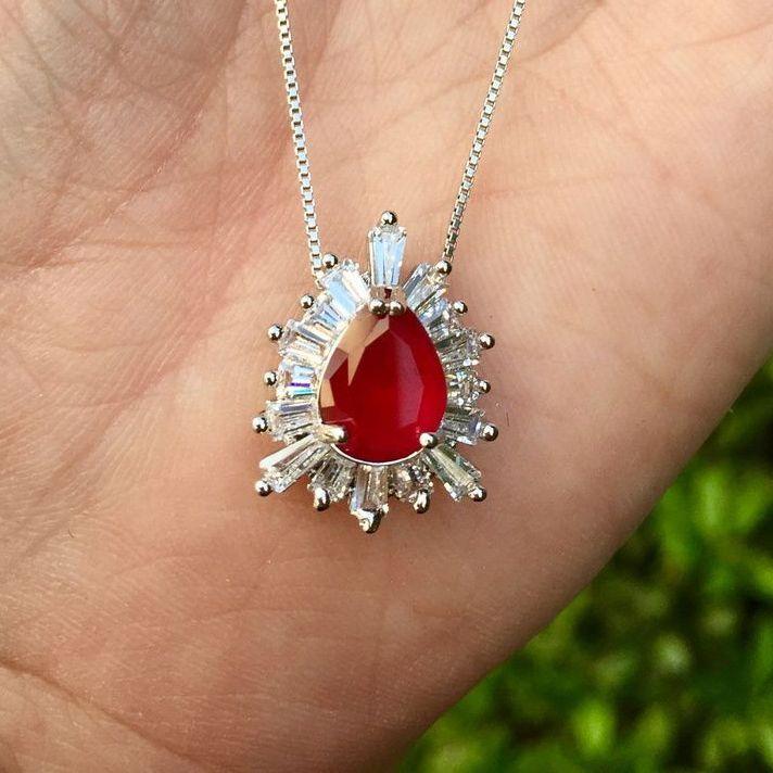 Colar banhado a ródio com pingente em forma de gota com pedra cristal vermelha e cravejado com cristais canutilhos brancos