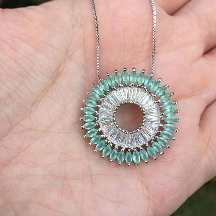 Colar Mandala com pingente verde claro com pedra Cristal e canutilho cranco