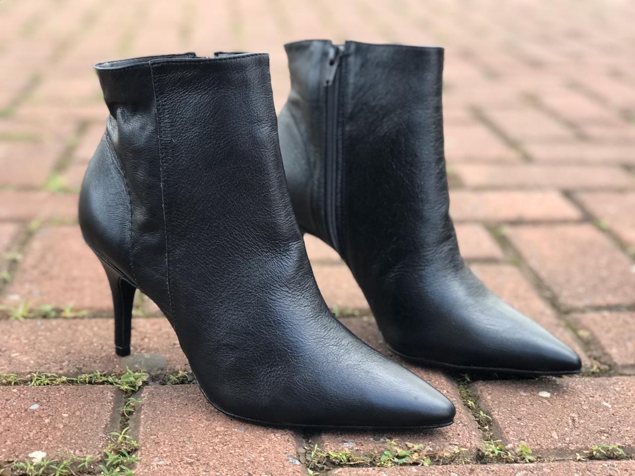 Ankle boot de Couro Preto Lia Line