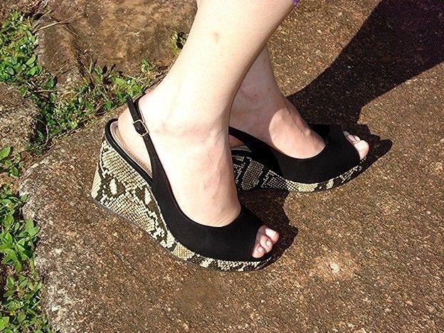 Sandália Anabela Preta com Salto Snake Ferrucci