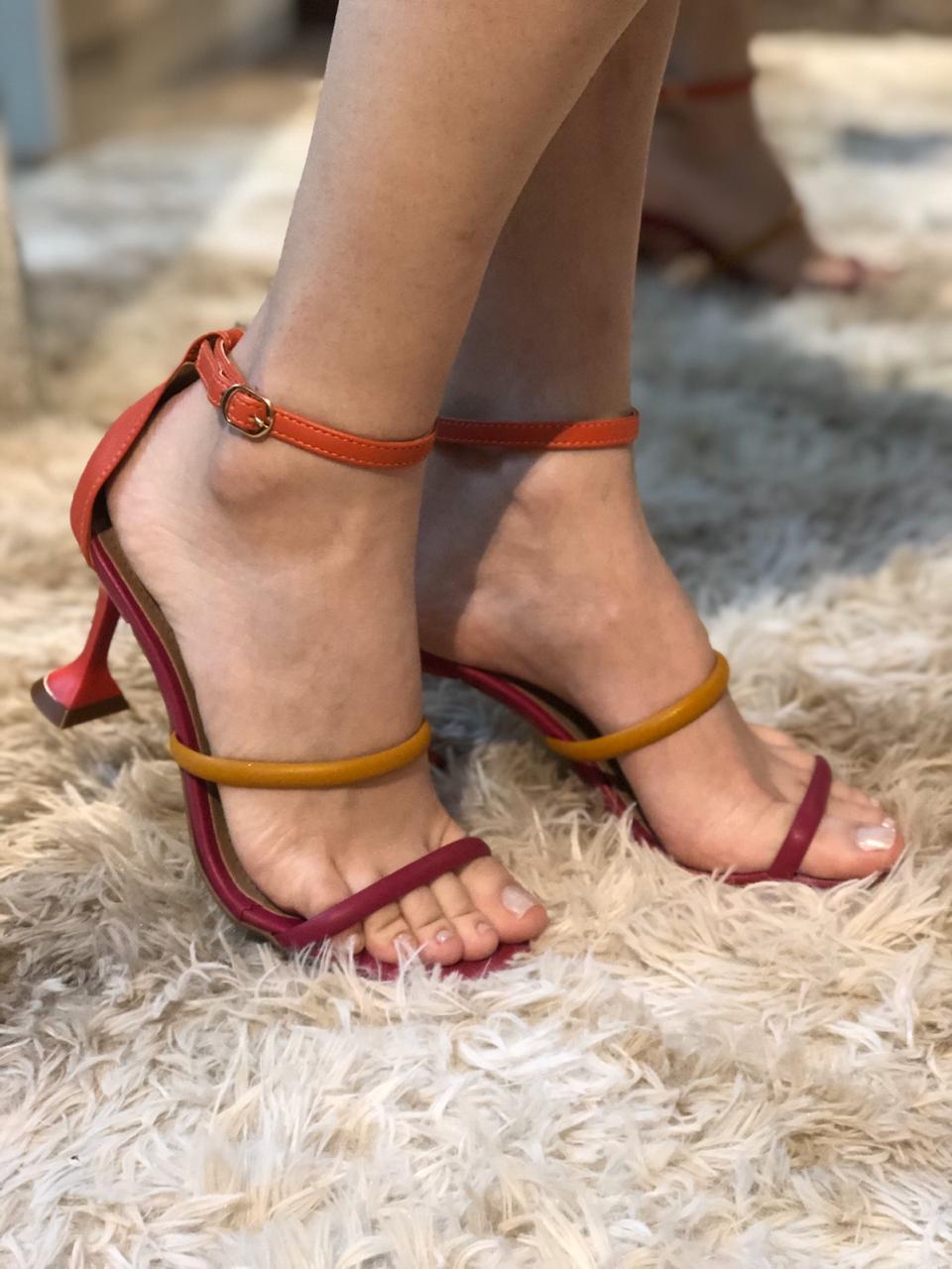 Sandália com Tiras Coloridas e Salto Taça Suzana Santos