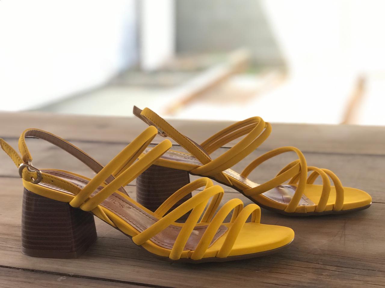 Sandália de Nobuck Amarelo com Tiras Suzana Santos