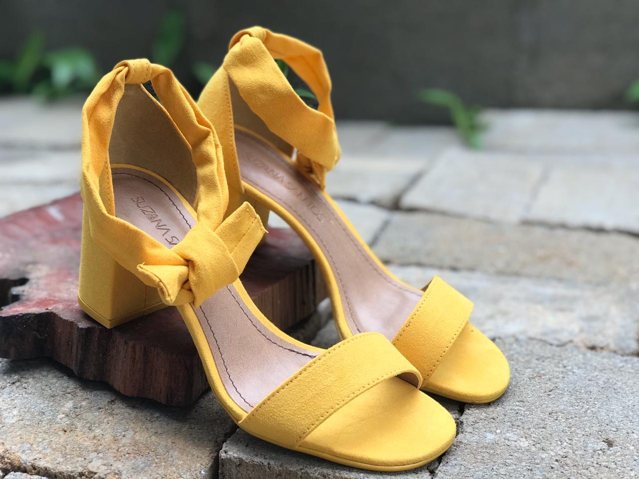 Sandália de Suede Amarelo com Amarração Suzana Santos