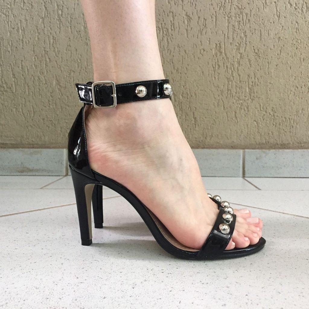 Sandália de Verniz Preta Salto Fino com Spikes Lia Line